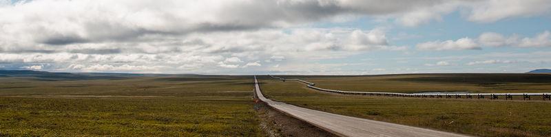 Vista de la autopista y el oleoducto Trans Alaskan en paralelo. Foto de Fairbanks Mike