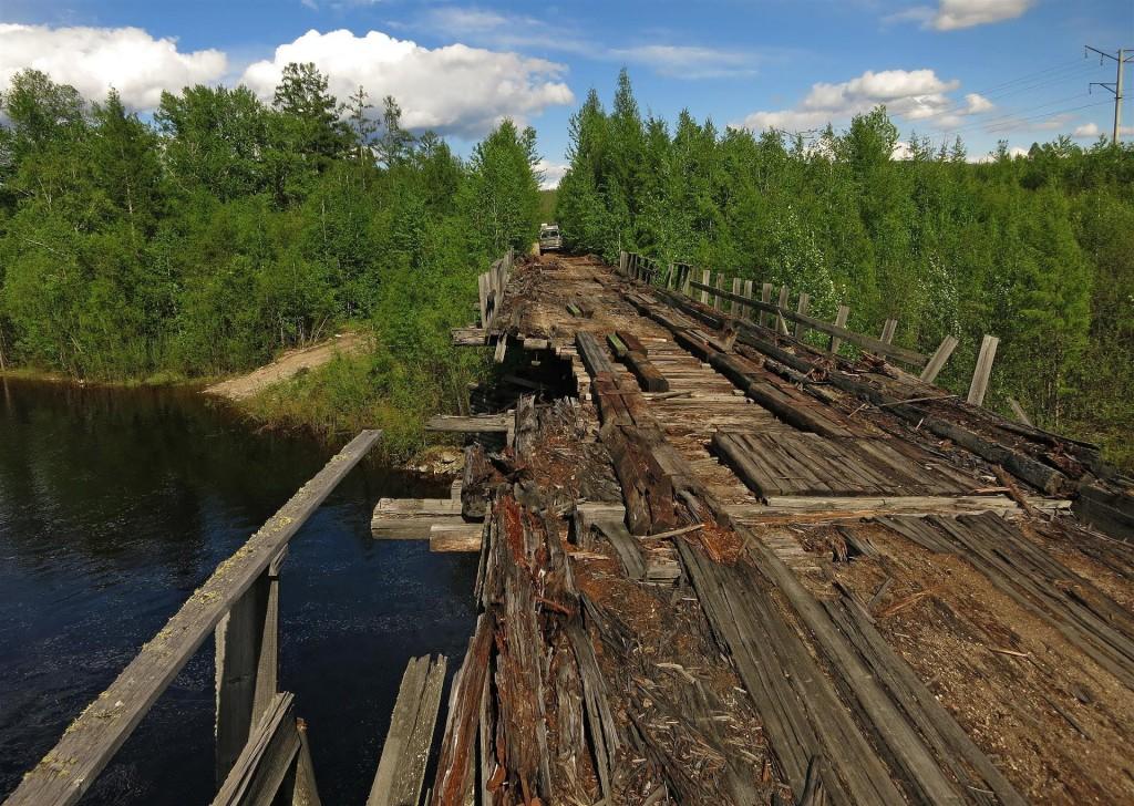 Puente en muy mal estado en la autopista Kolyma