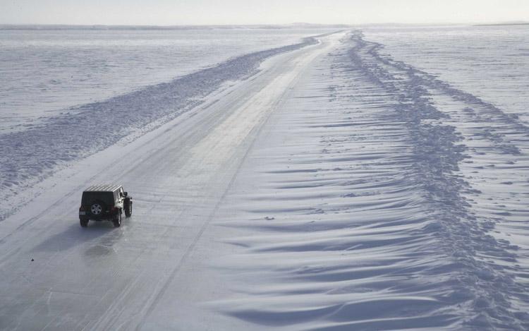 Vista aerea de un Jeep Wrangler en el ártico