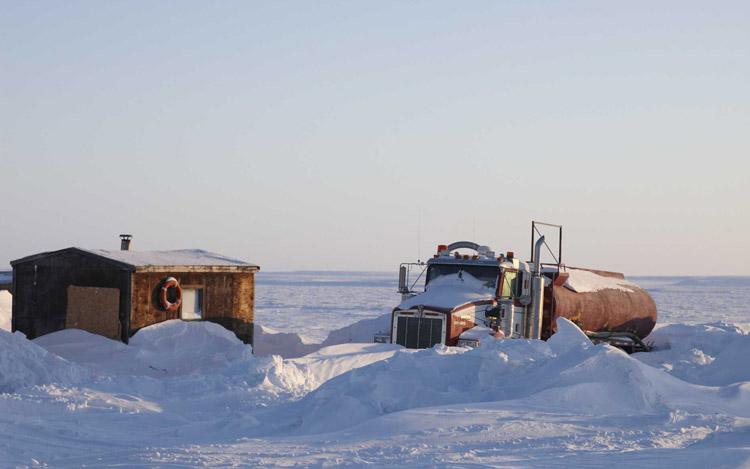 Camión bajo la nieve en Tuktoyaktuk