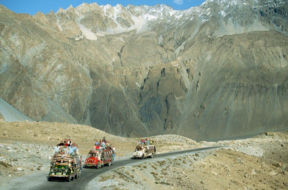 Autobuses a rebosar de gente en la Karakorum, foto de Jonathan Blair