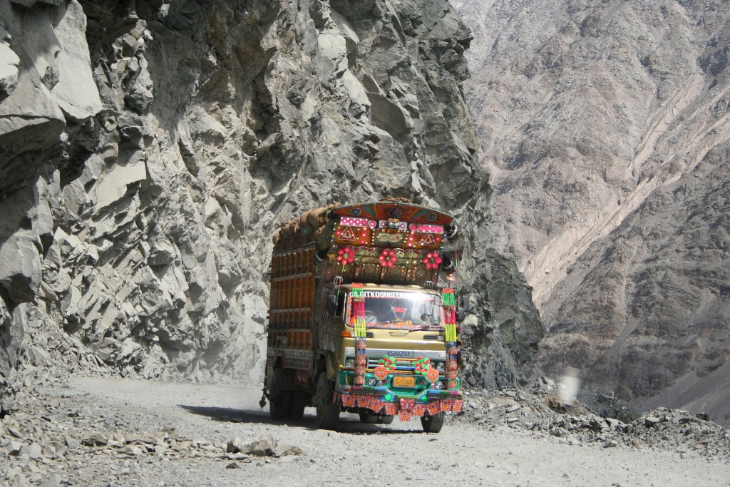 Camión atravesando la Karakorum