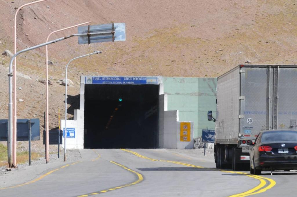 EL Tunel Cristo Redentor separa Chile de Argentina en el paso de Los Libertadores