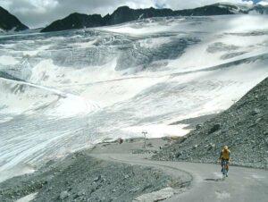 Ciclista subiendo el glaciar Oetztal