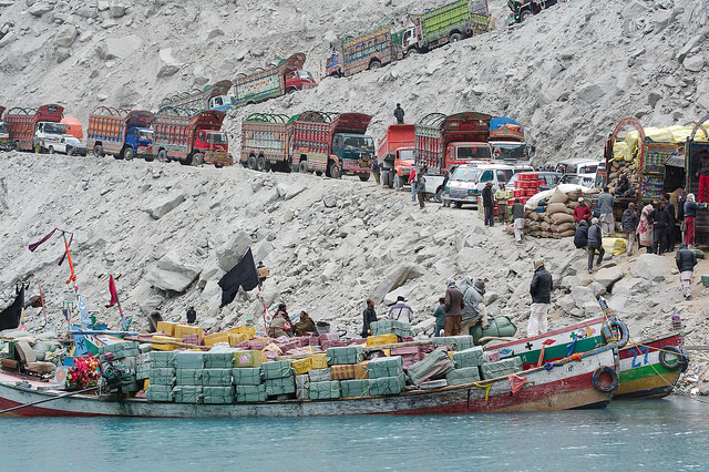 karakorum-camiones-en-el-lago-attabad
