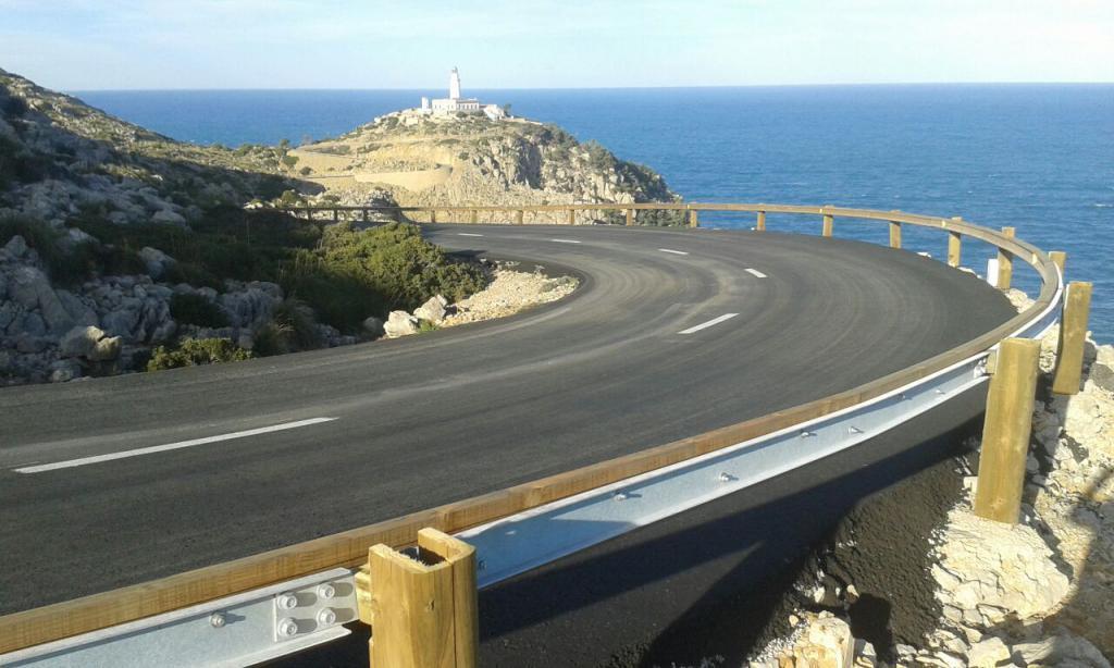 Curva en el Cap Formentor con el faro al fondo