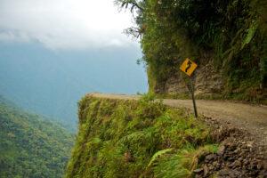 Curva y señal en el camino a Los Yungas