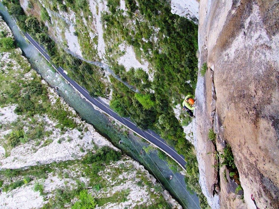 Vista impresionante de un escalador en el Desfiladero de la Hermida