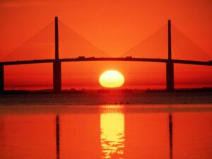 Puente Sunshine Skyway al atardecer