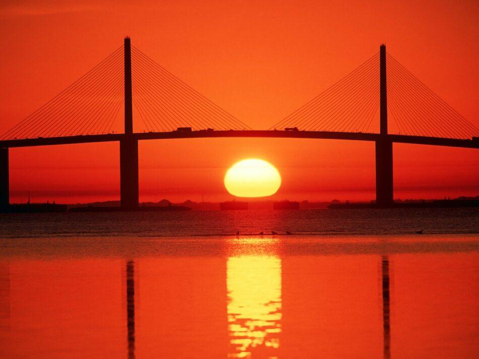 Puente Sunshine Skyway al atardecer