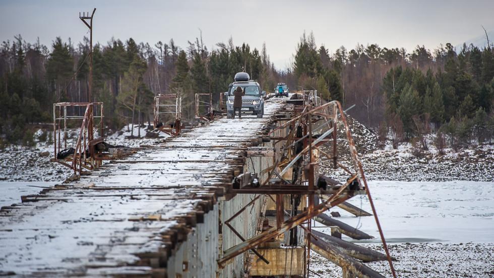 Todo terrenos cruzando el Puente Kuadinsky
