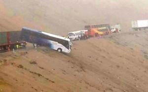 Autobús a punto de caer al vacío