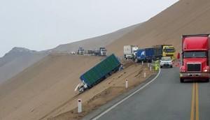 Camión a punto de caer por el acantilado en el Serpentín Pasamayo