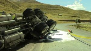 Camión volcado en Pasamayo