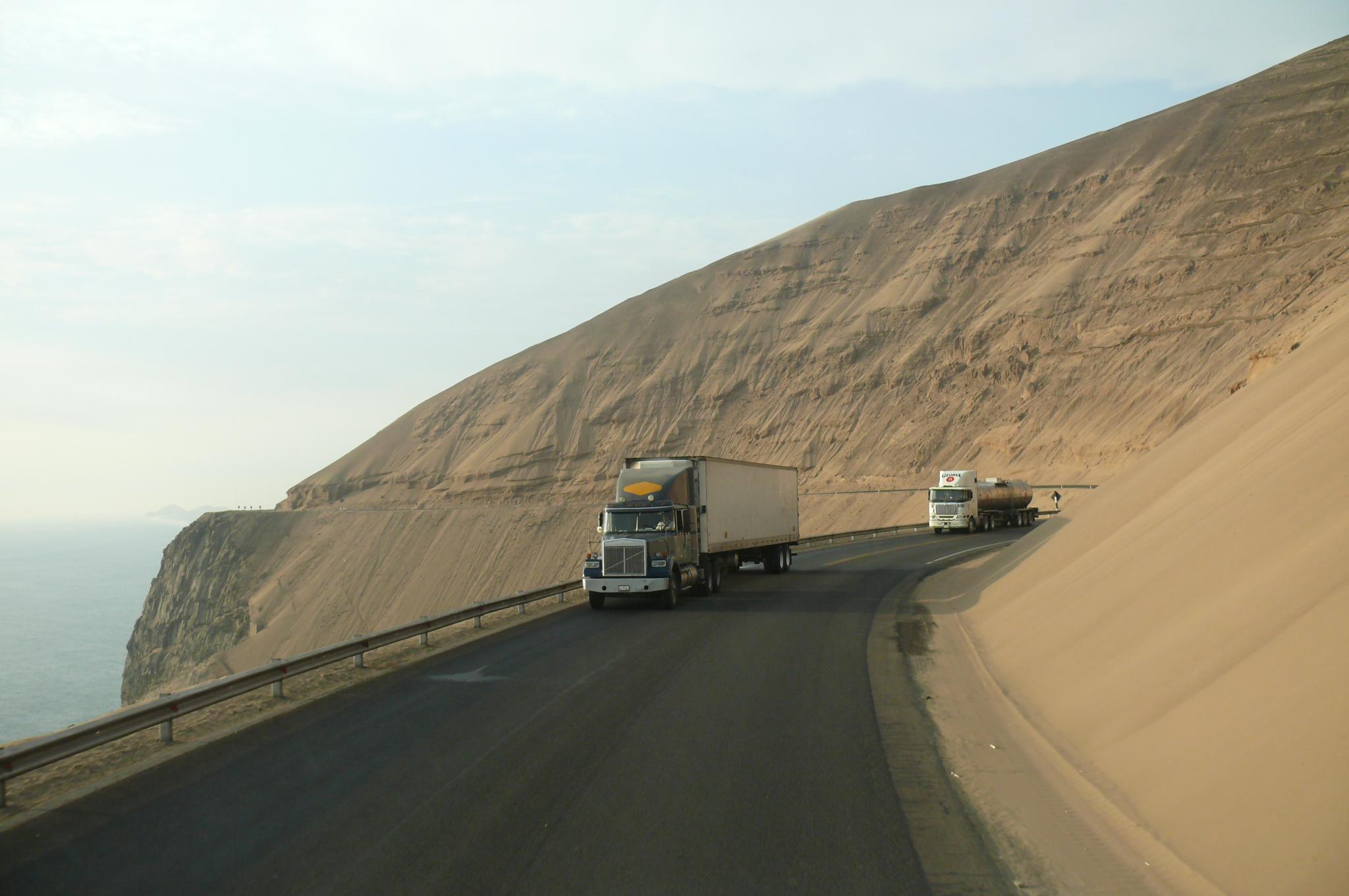 Camiones en el Serpentin Pasamayo