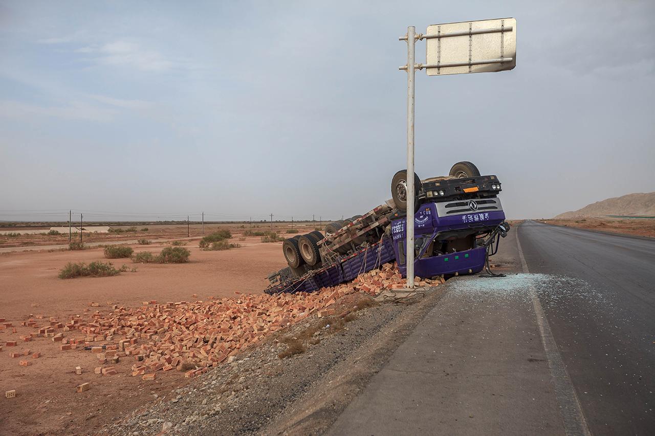 Camión volcado en la autopista del Tarim