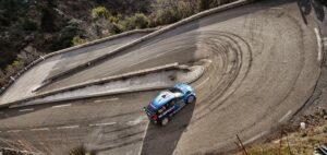 Ford Fiesta girando en el Col de Turini