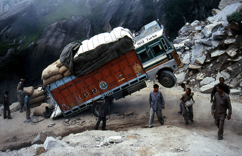 Camión en apuros en el trayecto Manali Leh