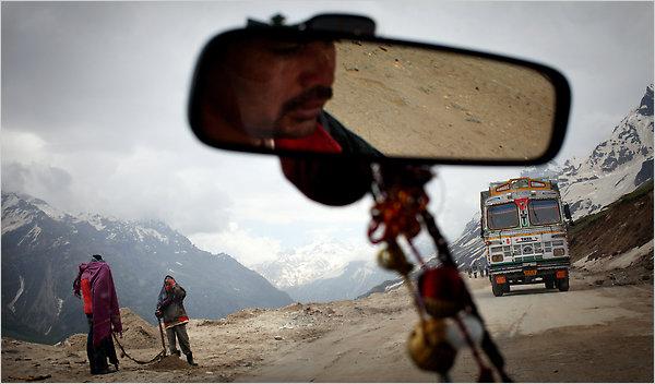 Cruce de camiones en el Paso de Rohtang