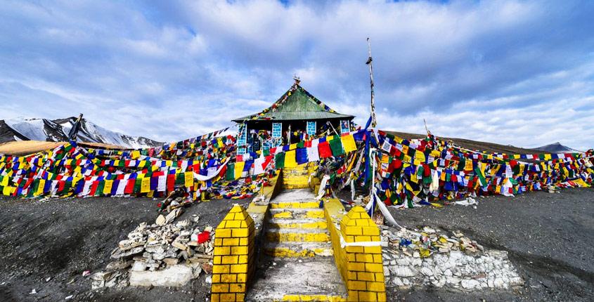 Taglang La, templo en lo alto del puerto