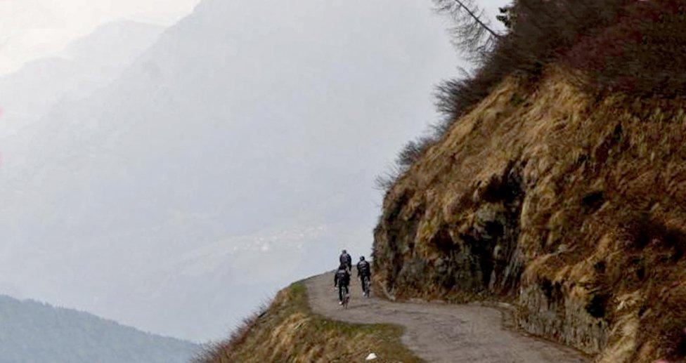 Ciclistas en el Monte Crostis