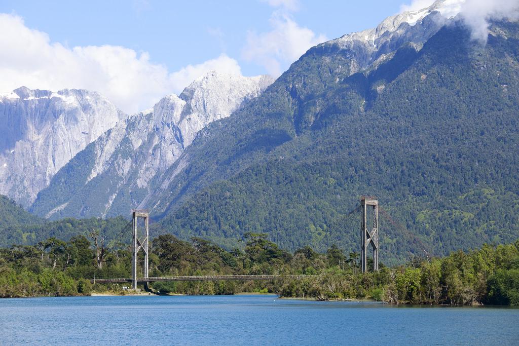 Puente Yelcho desde el lago
