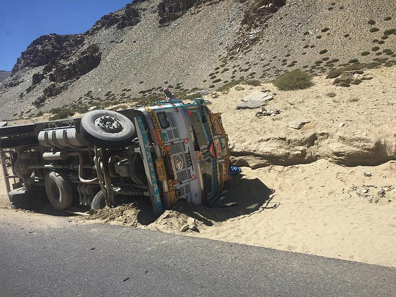 Camión volcado en el Tanglang La