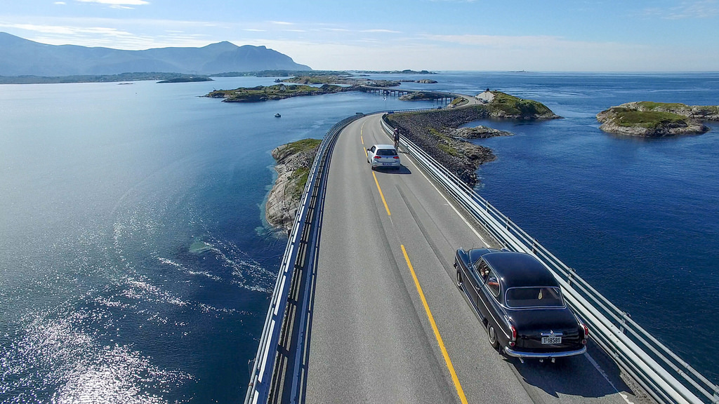 Coches y ciclista en la Atlantic Ocean Road, foto de https://www.flickr.com/photos/33200530@N04/ CucombreLibre