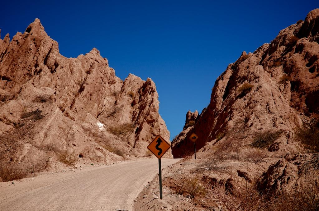 Señal de curva peligrosa en la Quebrada de Las Flechas