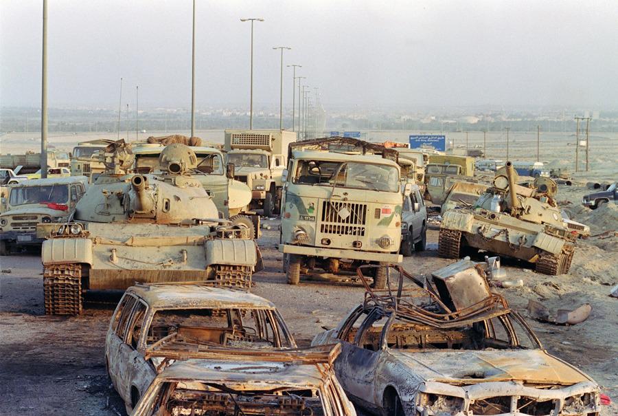Carretera de la muerte en Irak . Coches y tanques en ruinas tras el ataque.