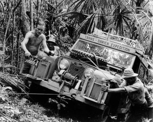 Miembros de la misms expedicion empujando un Land Rover