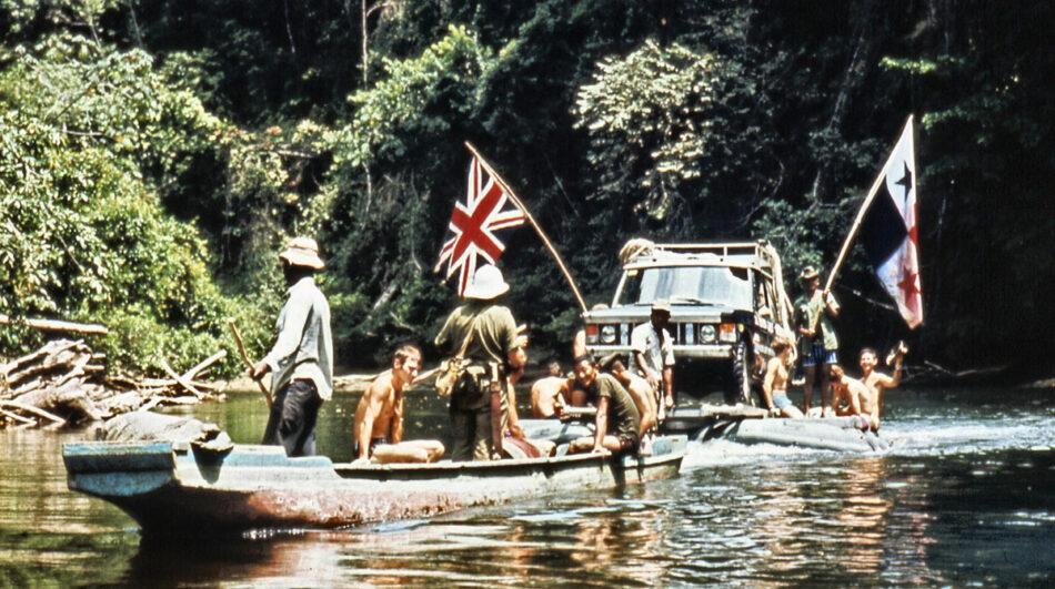 Coronel Blashford-Snell liderando la Expedición Británica Transamericana de 1972 a través del Darien Gap. El Coronel lleva puesto su casco de médula mientras da órdenes al equipo que maneja la balsa que vuela la Union Jack y la Bandera de Panamá.