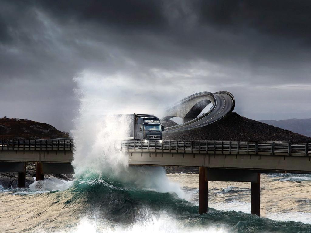Ola golpea el puente de Storseisundet