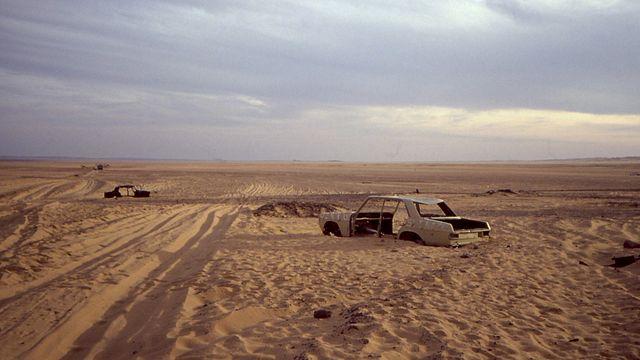 Coche abandonado cerca de la frontera entre Argelia y Níger