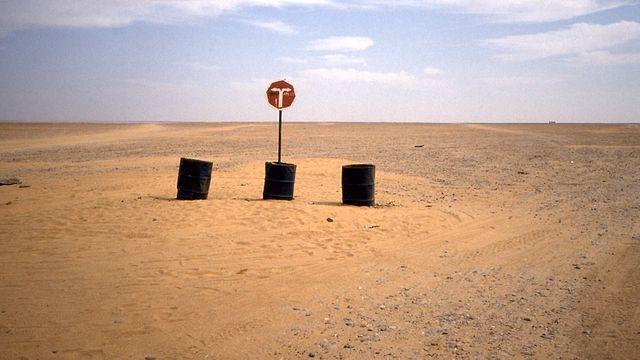 Señal en la Transahariana en Níger. Gira a la derecha para ir hacia Arlit.