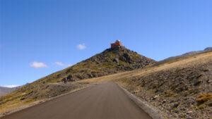 Subida al Pico Veleta, el observatorio, al fondo