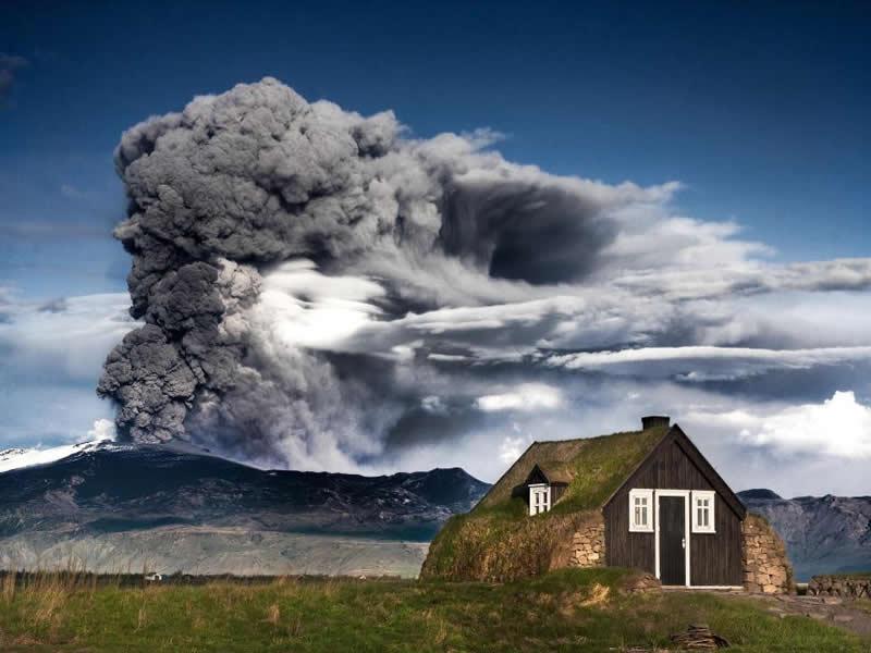 Típica casa islandesa con el Eyjafjallajökull al fondo