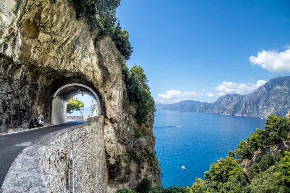 Típico túnel estrecho en la carretera Amalfintana