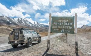 Coche en lo alto del Ak-Baital