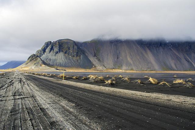 Montaña de Vestrahorn tapada por la niebla desde la carretera de grava