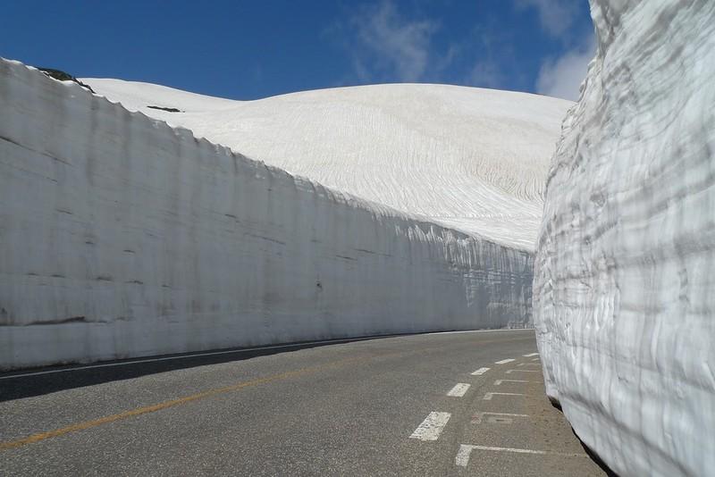Muro de nieve en Tateyama Kurobe, en los alpes japoneses